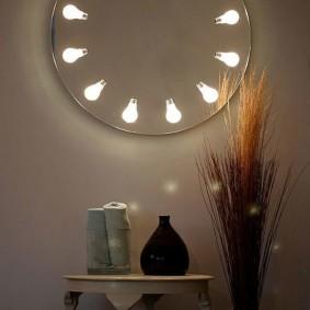 Круглое зеркало со встроенными лампами