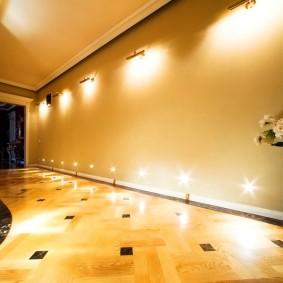 Яркий свет от настенных светильников в коридоре