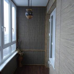 Отделка обоями стен на балконе