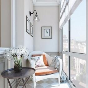 Светлая отделка стен на небольшом балконе
