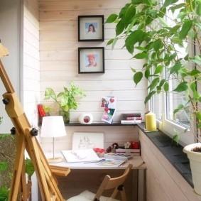 Деревянный мольберт на балконе в квартире