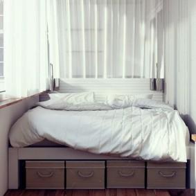Плетенные ящики под кроватью на лоджии