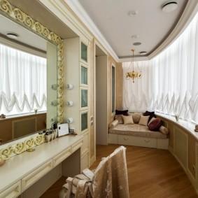 Легкие шторы из белой ткани на окнах лоджии