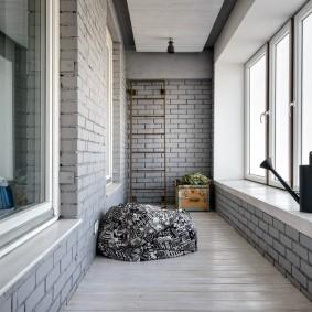 Кирпичная отделка лоджии в трехкомнатной квартире