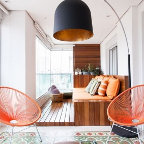 Просторная лоджия с удобной мебелью