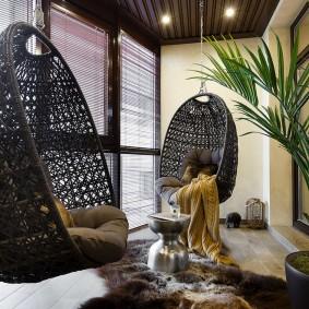 Подвесные кресла на балконе с модной отделкой