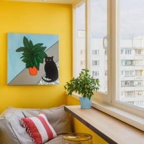 Декор картиной желтой стены на балконе