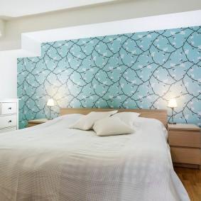 Голубые обои над спинкой кровати