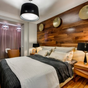 Деревянный декор стены в спальне