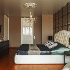 Лакированный пол в спальной комнате