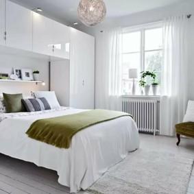 Белая мебель в очень светлой спальне