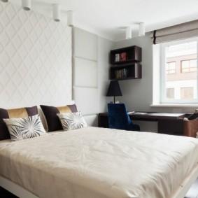 Интерьер спальни с письменным столом у окна