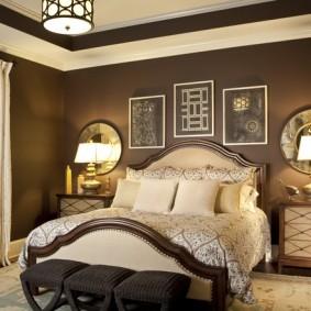 Коричневая стена в спальне супругов