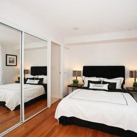 Зеркальный шкаф вдоль всей стены в спальной комнате