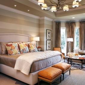 Освещение спальни с окнами в эркере
