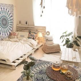 Кровать из старых поддонов в спальне сельского дома