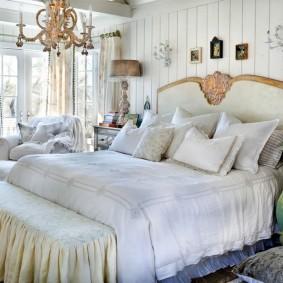 Декорирование спальни в деревянном доме