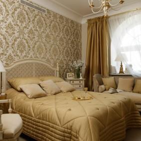 Обои с вензелями в спальне классического стиля