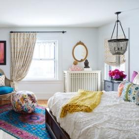 Яркий декор спальни квадратной формы