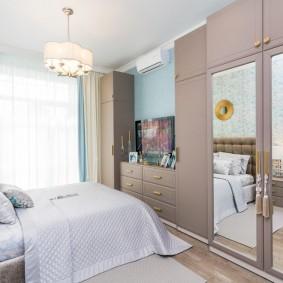Расстановка мебели вдоль длинной стены в спальне