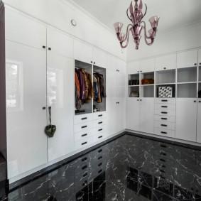 Глянцевая мебель в гардеробной комнате