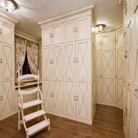 Закрытые шкафы в отдельной гардеробной