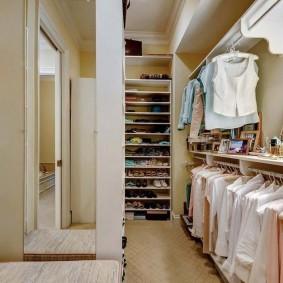 Вешалки для рубашек в светлой гардеробной