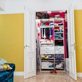 Встроенный гардероб в нише стены гостиной комнаты