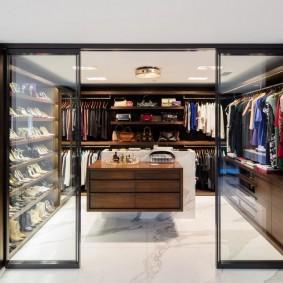 Раздвижные двери из прозрачного стекла
