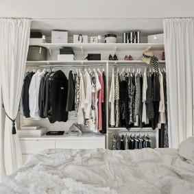 Линейный гардероб за светлыми занавесками