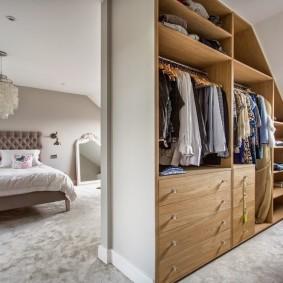 Организация гардеробной в доме с мансардой