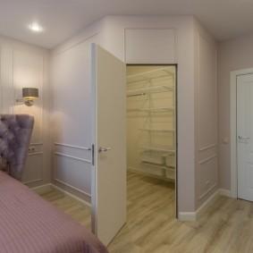 Встроенный гардероб в углу спального помещения