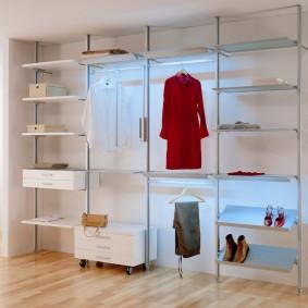 Открытый гардероб на металлических стойках