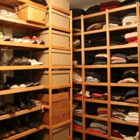 Узкие полочки в гардеробной комнате