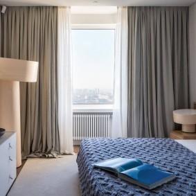 Комбинация серых штор с белым тюлем в спальне