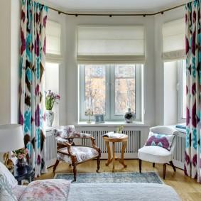 Пестрые шторы в спальне с эркером