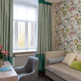 Светлые шторы на окне в маленькой спальне