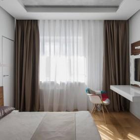 Консольный столик в спальне с коричневыми шторами
