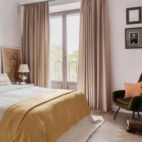 Светло-желтое одеяло на кровати в спальне