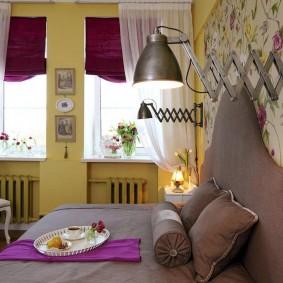 Оформление окон в спальне городской квартиры