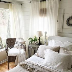 Белые гардины на окнах спальни в частном доме