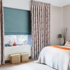 Плетенные ящики перед окном в спальне