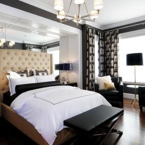 Оформление окна спальни с черной мебелью