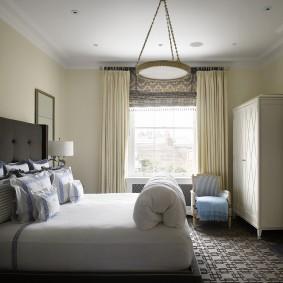 Бежевые занавески на окне спальной комнаты