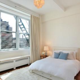 Оформление окна спальни портьерами без тюля
