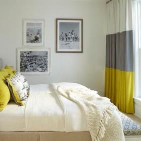 Полосатые шторы в небольшой спальне