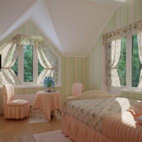 Декор окон в мансардной спальне