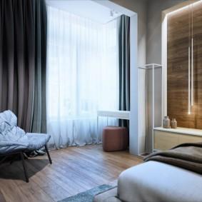 Плотные занавеси на окне спальной комнаты