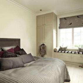 Встроенная мебель у окна спальной комнаты