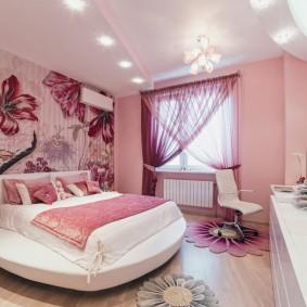 Розовые шторы в спальне с круглой кроватью